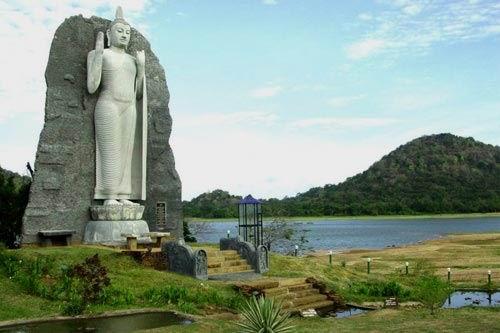 Индийский принц Виджая в 504 году до н.э. завоевал Сингалу – так тогда назывался остров Шри-Ланка. Несколько столетий островом правили потомки Виджая. Тамильские короли доминировали в Сингале с III в. по XII столетие. Китайские войска разделили остров на ряд  небольших государств в XV веке. Построив в Коломбо форт в 1517 году, португальцы к концу XVI века прочно основались на острове.