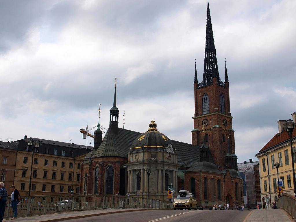 Жители Швеции - это около девяти миллионов человек (статистические данные на 1998 год). Наиболее заселенные районы - это юг Швеции. Преобладающая нация - это шведы (более девяноста процентов), есть финны, норвежцы, датчане, саамы и множество других национальностей. Переселенцы из бывшей Югославии также находят здесь пристанище (Босния и Герцеговина).