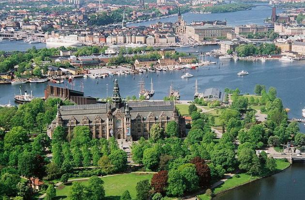Самые большие города Швеции - это Стокгольм (столичный город, около семисот тысяч человек), Гетеборг (почти полмиллиона жителей), Мальме (почти двести пятьдесят тысяч человек).