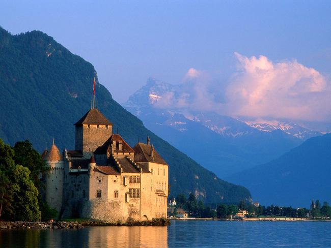 Горы - это основная часть пейзажа Швейцарии, ведь большая часть страны - это именно скалистая местность. Альпы на юге и в центре, Юра на северо-западе, Апеннины на юге - все это швейцарские горы. Самая высокая гора Швейцарии - это Дюфур, высота которой превышает четыре с половиной тысячи километров. Наиболее важной речной артерией является Рейн.