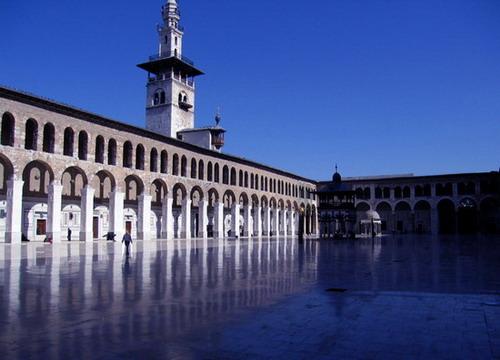 Приверженцами ислама является около 90% населения Сирии. Среди мусульман страны преобладают сунниты. Намного меньше шиитов, друзов, алавитов и исмаилитов. Функционируют православные церкви – армянская и греческая.