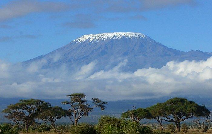 . Заболоченные низменности тянутся вдоль побережья страны. Лишь на юго-западе и северо-востоке республики возвышаются горные хребты. Именно здесь находится вулкан Килиманджаро, считающийся самой высокой точкой  Африки.