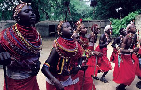 Африканские народы, самый многочисленный из которых – сукума, составляют основную массу населения страны. Всего же в Танзании проживает около 120 этнических групп: ньямвези, маконде, чага и др. Численность индийцев и пакистанцев в стране также очень велика. А вот европейцев в Танзании осталось не более тысячи.