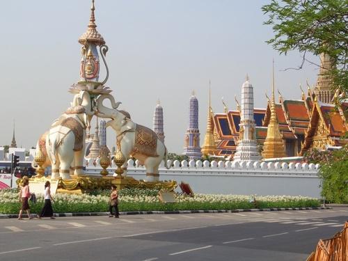 Среди стран Юго-Восточной Азии лишь Таиланд  сумел сохранить свою независимость. «Страна свободных» - так звучит название страны в переводе с тайского.  Первоначально она носила другое название – Сиам.