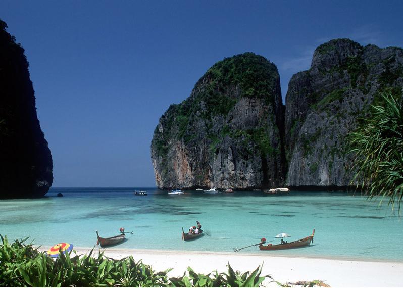 Воды Сиамского залива омывают южные берега страны, Андаманского моря - ее юго-запад.
