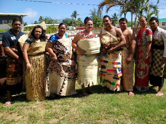 Только 36 островов обитаемы. На острове Тонгатапу сосредоточено около 70% населения, численность которого составляет около 117 тысяч. На 1 кв. км площади страны приходится 160  человек. Уровень рождаемости довольно высок. Велика и младенческая смертность. Лица моложе 15 лет составляют около 37% населения. Средний возраст, до которого доживают жители страны, равен 68 годам.