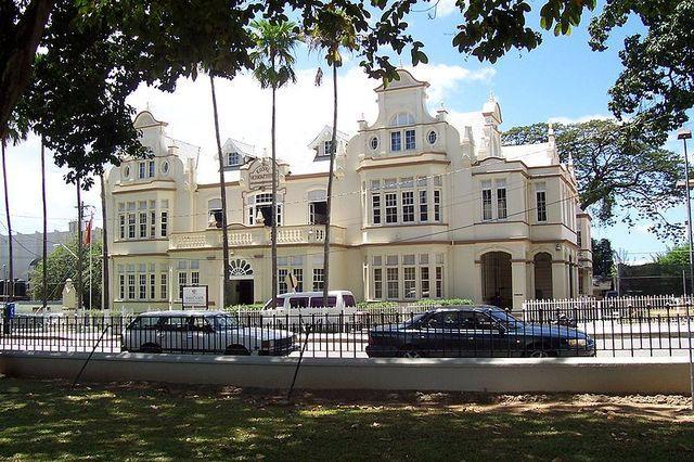 Независимость  была получена Тринидад и Тобаго  лишь в 1962 году, а право называться республикой - в 1976 году. Теперь у нее есть и свой президент, и парламент, возглавляемый премьер-министром. Страна имеет собственную валюту и входит в состав многих международных организаций, в том числе, и в ООН.