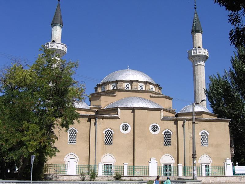 В Турции гарантирована  свобода вероисповедания. Ислам исповедует основная масса населения. Среди мусульман преобладают сунниты. В стране действуют общины христиан и иудеев.