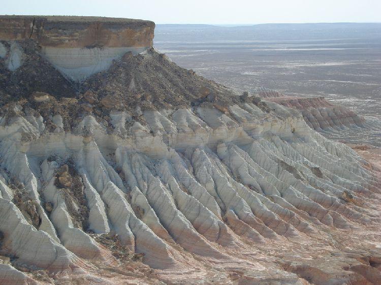 Горы Копетдаг расположены на юге Туркменистана. Река Мургаб разделяет две возвышенности на юго-востоке,  Карабиль и Бадхыз. Самой высокой точкой страны считается хребет Кугитангтау, достигающий 3139 м.