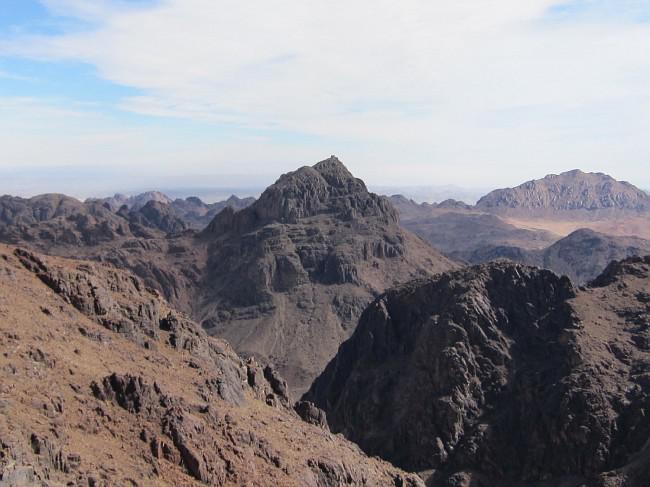 Государство занимает территорию площадью более 83 тысяч кв. км и  граничит с Оманом, Катаром и Саудовской Аравией. Воды Персидского залива омывают северное побережье страны, Оманского залива – восточное.