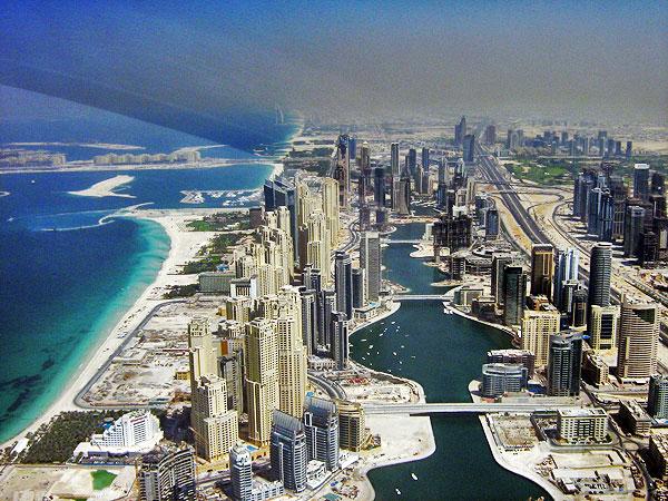 Городское население ОАЭ составляет около 84%.  Абу-даби – столица страны. Среди других крупных городов выделяется Дубай.