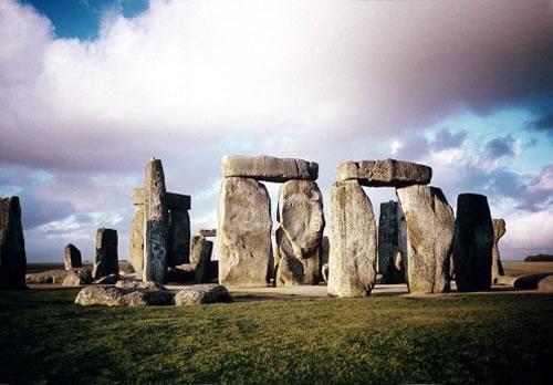География Британии также весьма примечательна. На территории и Англии, и Шотландии, и Уэльса имеются горы. В Англии это Пеннинские горы, в Шотландии - Грампианские, в Уэльсе - Кембрийские горы. Достаточно много рек - Темза, Северн, Тайн, Мерси (в Англии), Клайд, Тей, Форс, Твид, Ди и Спей (в Шотландии, а так же знаменитое озеро Лох-Несс), Ди, Уск, Тейфи (в Уэльсе).
