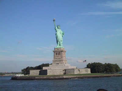 Что касается истории, то общеизвестен тот факт, что Северную Америку в  конце XV века открыл Христофор Колумб. Обширные территории  материка были заняты Испанией. В 1497 г.  британский мореплаватель Кабот достиг берегов Северной Америки, и Великобритания так же предъявила претензии на континент.