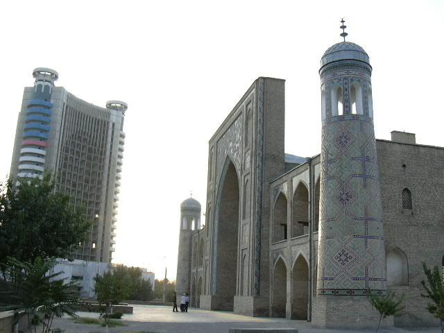 Узбекскому языку в республике присвоен статус государственного. Языком межнационального общения считается русский. На звание «языка улиц» претендует таджикский язык.