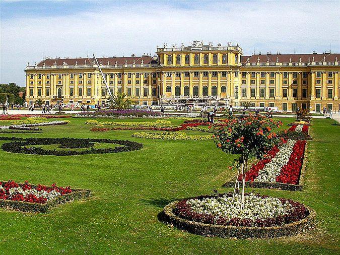 Также, в Вене можно посетить императорский дворец, парк Бельведер, летний императорский дворец Шенбурн.