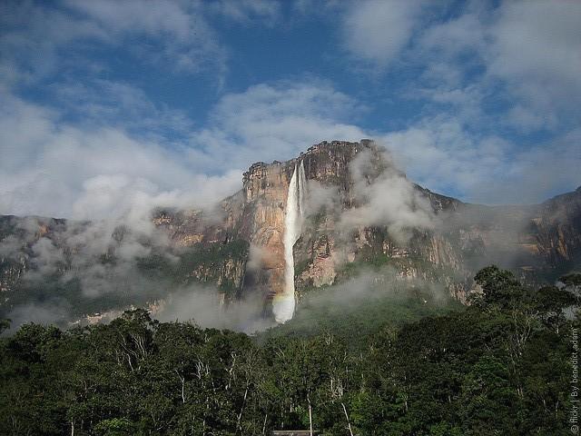 На территории Венесуэлы находится самый большой водопад мира - водопад Анхель (восточная часть страны). Водные артерии страны – это шесть судоходных рек, из которых самая большая - это река Ориноко, включая притоки Апуре, Мета, Негро.