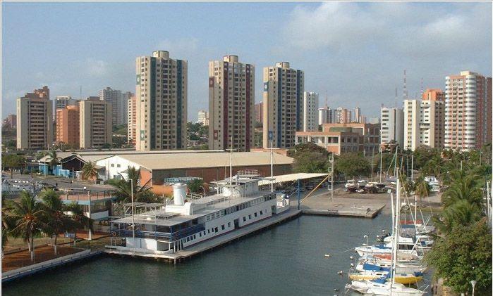 Самые большие города Венесуэлы - это Каракас (столица, почти три миллиона жителей), Маракайбо (один миллион двести тысяч человек), Валенсия (чуть больше одного миллиона), Баркисимето (почти семьсот тысяч человек). Венесуэла является республикой федеративного типа, возглавляемой президентом. Национальная валюта - боливар.