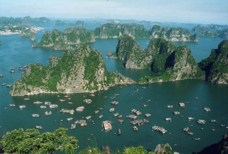 ЮНЕСКО  признала одним из чудес света бухту Халонг в заливе Бакбо, где расположено 1600 островов самой причудливой формы.