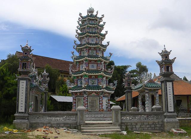 Большинство жителей страны исповедуют буддизм. Помимо Будды, духи и местные божества также являются объектом поклонения коренных жителей.