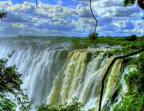 Площадь страны 752614 км2. Основную часть Замбии занимает горное плато, местами возвышающееся на 1100 и 1400 метров. Кроме горного плата в стране есть и горный массив, простирающийся на северо–востоке страны.