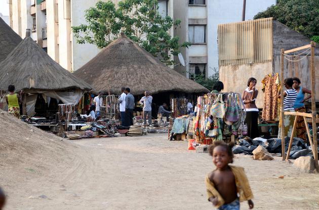 Страна разделена на девять провинций, которые в свою очередь подразделяются на районы. Государственная денежная единица Замбийская квача (К), она равняется ста нгве.