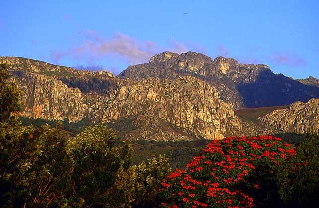 Площадь страны 390759 м2. Самое высокое место – гора Иньянгани (2595 м), которая расположена в горной цепи протянувшейся вдоль восточной границы. Вторая горная цепь тянется с юго-запада на северо-восток практически через всю страну.