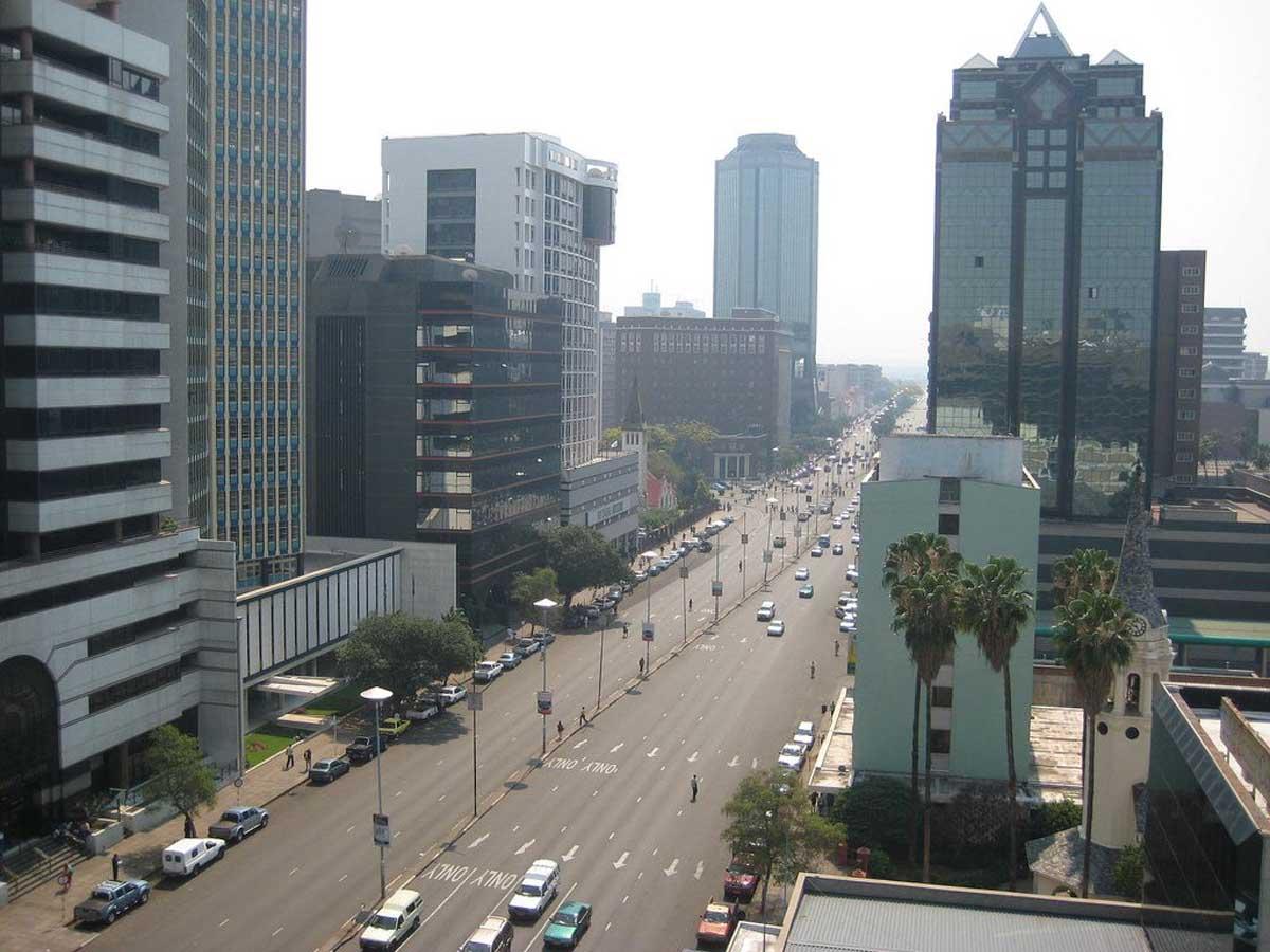 Население Зимбабве по последним статистическим данным 1998 года, с учетом прироста и смертности, составляет порядка 12,5 миллионов человек. В городах живет около тридцати одного процента всего населения страны. Плотность – 32 человека на один квадратный километр. Средне статистическая продолжительность жизни в стране не превышает тридцати девяти лет. Для женщин она составляет всего тридцать восемь лет. Мужчины живут несколько больше, до сорока. Население Зимбабве по этническому составу многолико, как и многие другие государства Африки. Шоны – самая многочисленная этническая группа страны, составляет более семидесяти процентов всего населения. Ндебеле – шесть процентов, остальные африканские народности составляют около одиннадцати процентов. В Зимбабве проживают почти равное количество европейцев и выходцев из Азии, каждые из них составляют около одного процента всего населения.