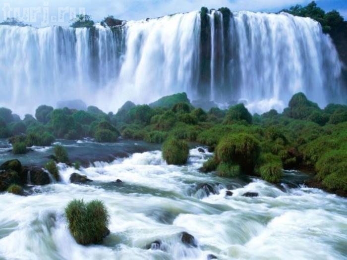 """Уже само название государства, многих из нас, наталкивает на воспоминание о реке Замбези и расположенном на ней водопаде Виктория. Но, не только падающая с 128 метровой высоты вода притягивает сюда туристов. Почти у самой кромки водопада расположился бассейн, который носит не совсем уж и притягательное название  """"Чертов бассейн"""". Но, не смотря на свое непритязательное название, он собирает огромное количество туристов. А вся притягательность в том, что в период с сентября по декабрь месяц в нем можно купаться практически на самом крае спада воды, но, совершенно не боясь, что сорветесь в низ."""