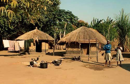 Несмотря на свое экономическое положение, страна притягивает к себе туристов, ведь здесь сохранились руины сооружений древней цивилизации Мономоната, существовавшей в VI – XVIII веках. Сама столица страны – это как бы ворота в заповедный и совершенно уникальный мир дикой природы. Побывав в Мбаре, у Вас останутся неизгладимые впечатления от совершенно уникального Африканского база и аукциона табака. Что уж говорить о национальной галерее и музеях, ну а если вы предпочитаете активный отдых, то места для лучшей рыбалки и охоты и не сыскать.